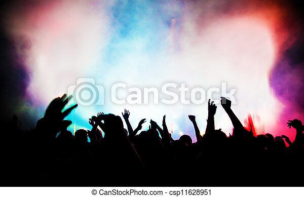 Gente en un concierto de música, fiesta disco. - csp11628951