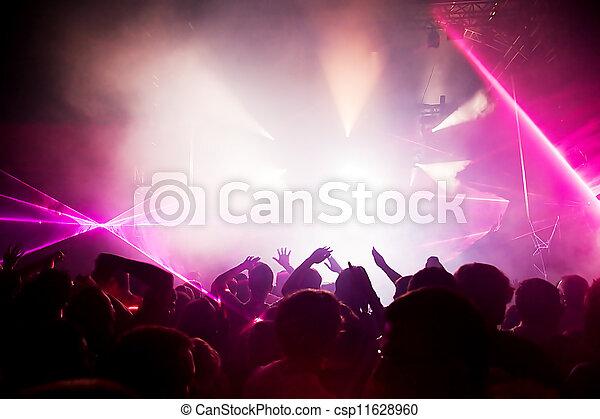 Gente en un concierto de música, fiesta disco. - csp11628960