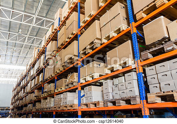 Filas de estantes con cajas en el almacén moderno - csp12614040