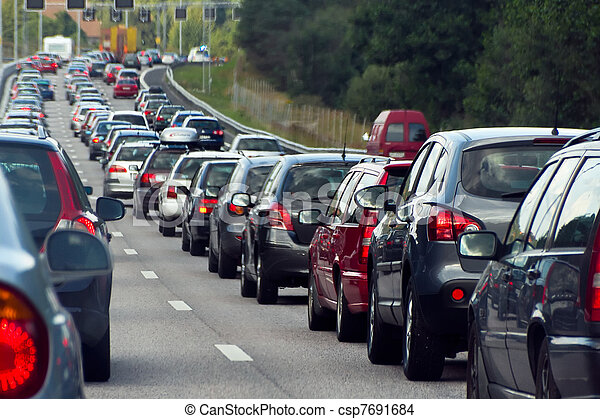 Un embotellamiento con filas de coches - csp7691684