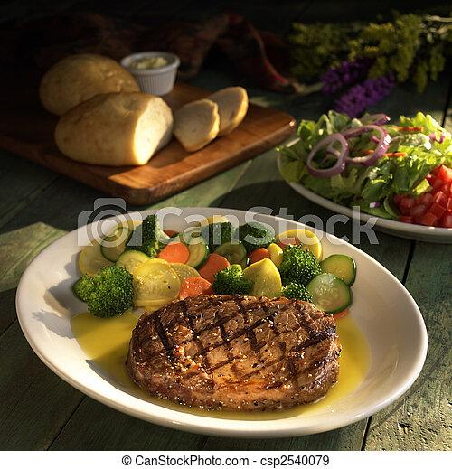 Filete con verduras y ensalada - csp2540079