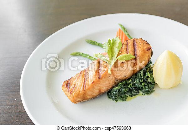 Filete de salmón frito - csp47593663