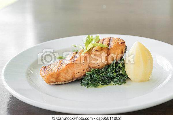 Filete de salmón frito - csp65811082