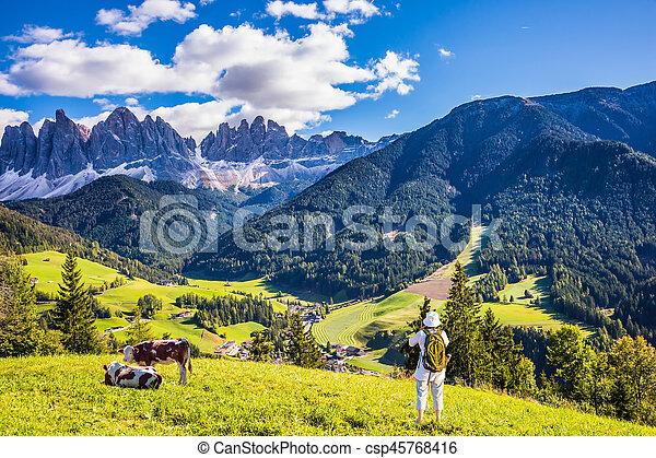 Fotografías de mujeres en Dolomitas y vacas - csp45768416