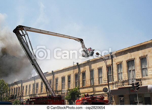 Boom de un camión de bomberos durante el incendio en la ciudad - csp2820654