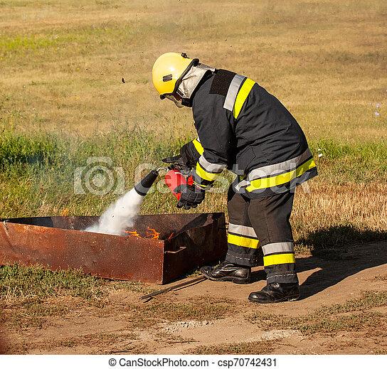 Instructor en un incendio de entrenamiento - csp70742431