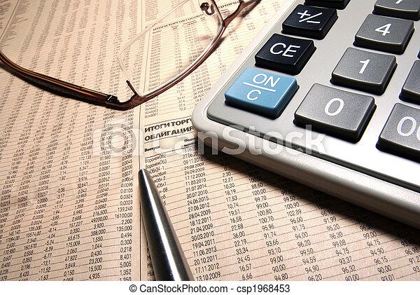 Gafas, calculadora profesional y pluma de acero en el periódico. - csp1968453