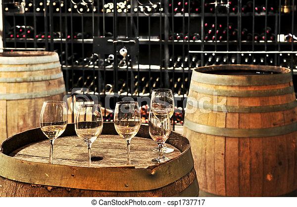 Gafas y barriles de vino - csp1737717