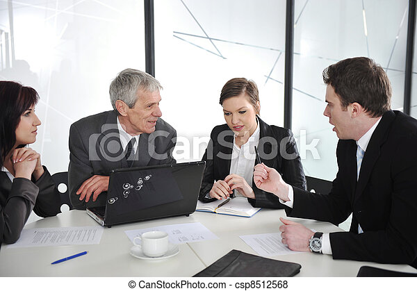 Gente de negocios discutiendo en la sala de reuniones - csp8512568