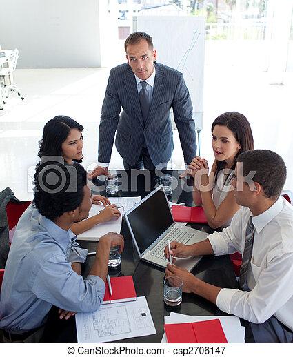 Gente de negocios estudiando un nuevo plan de negocios - csp2706147