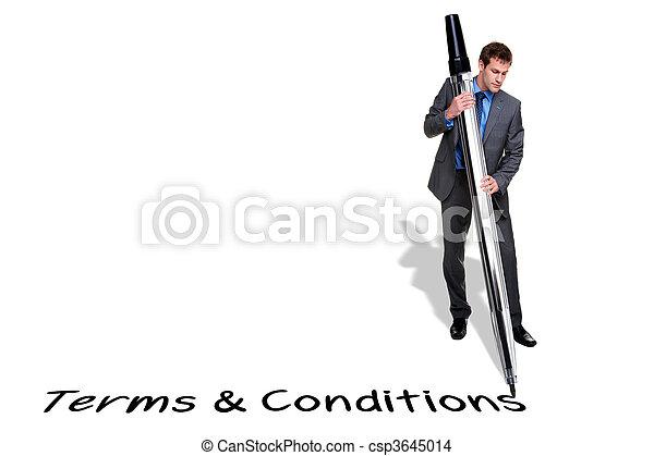 Hombre de negocios escribiendo Terms y Condiciones con un bolígrafo gigante - csp3645014