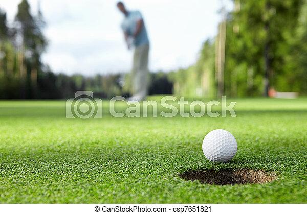 Jugando al golf - csp7651821
