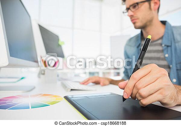 Editor fotográfico masculino con tabla gráfica - csp18668188