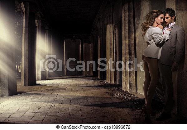 Gran tiro de pareja sensual en la zona antigua - csp13996872