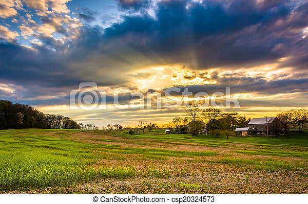 Sunset Sky sobre un campo de granja en el condado rural de York, Pennsylvania. - csp20324573