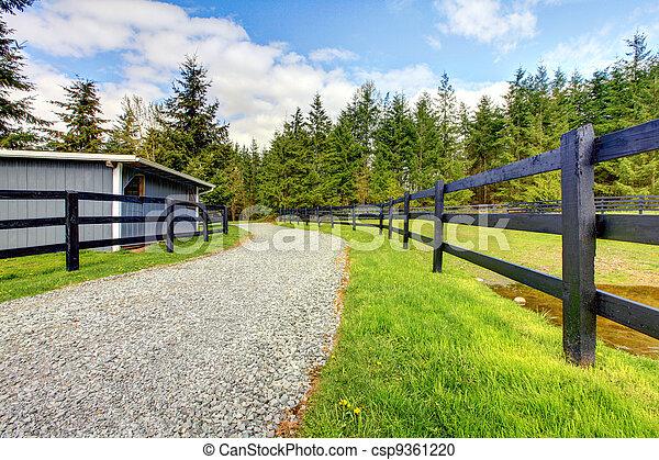 Granja de caballos con carretera, cerca y cobertizo. - csp9361220