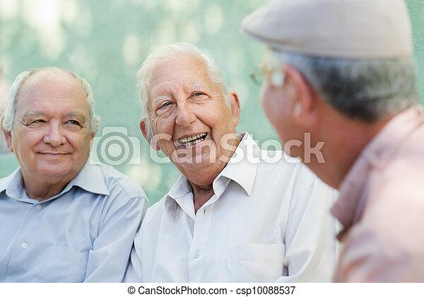 Un grupo de ancianos felices riéndose y hablando - csp10088537