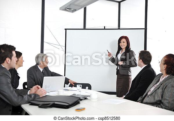 Reunión de negocios - grupo de gente en la presentación - csp8512580