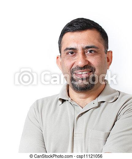 Guapo y feliz de mediana edad madura, hombre de negocios adulto, buscando con satisfacción y felicidad. La persona lleva camiseta y la foto es filmada en el estudio con antecedentes blancos - csp11121056