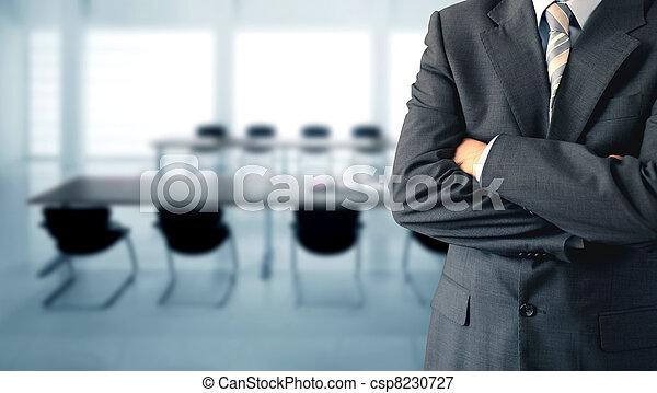 Hombre de negocios en una sala de conferencias - csp8230727
