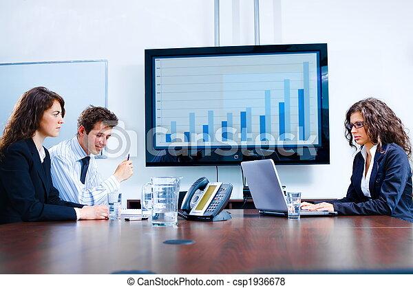 Reunión de negocios en la sala de juntas - csp1936678
