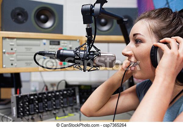Habla el joven presentador de radio - csp7365264
