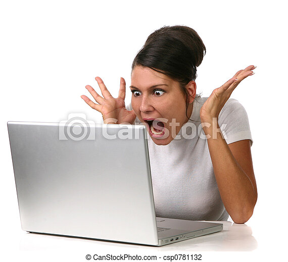 La mujer se sorprendió con algo en su computadora - csp0781132