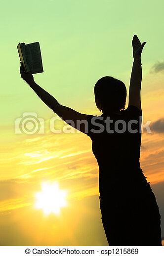 Mujer rezando con la Biblia número tres - csp1215869