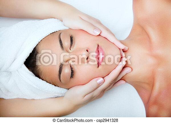 Hermosa joven recibiendo masaje facial. - csp2941328