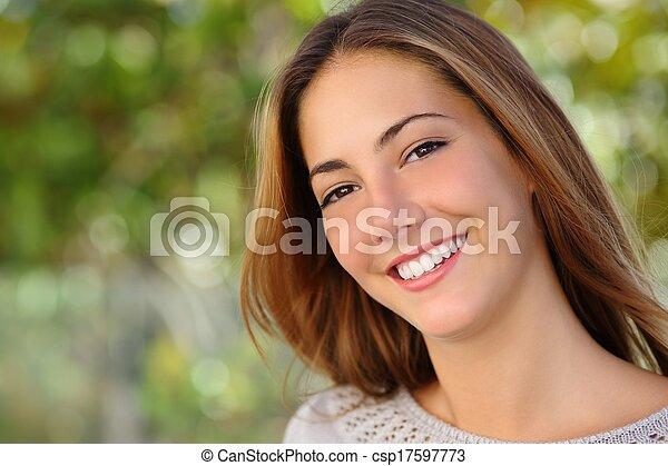 Hermosa mujer blanca sonríe el concepto de cuidado dental - csp17597773