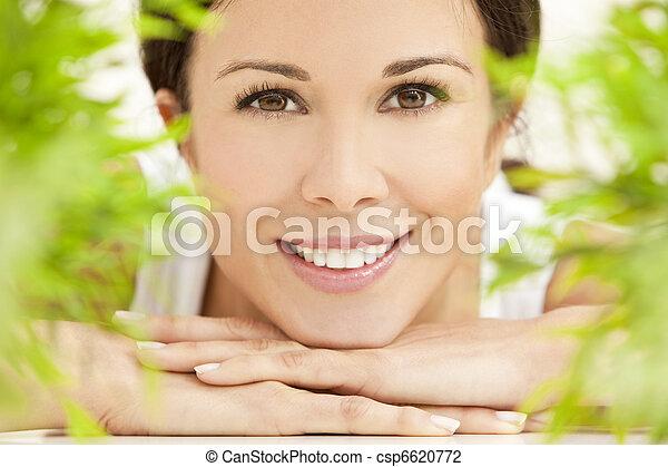 Concepto de salud natural, bella mujer sonriendo - csp6620772