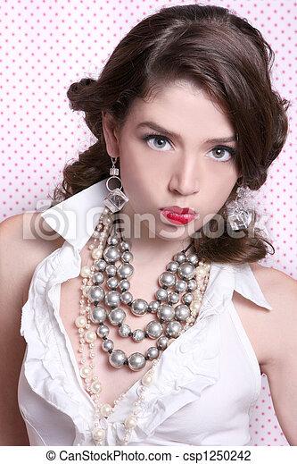 Hermosa mujer vestida con estilo antiguo - csp1250242