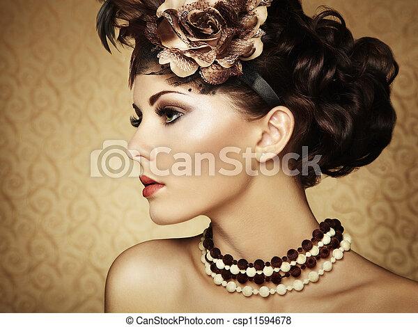 Retro retrato de una hermosa mujer. Estilo textual - csp11594678