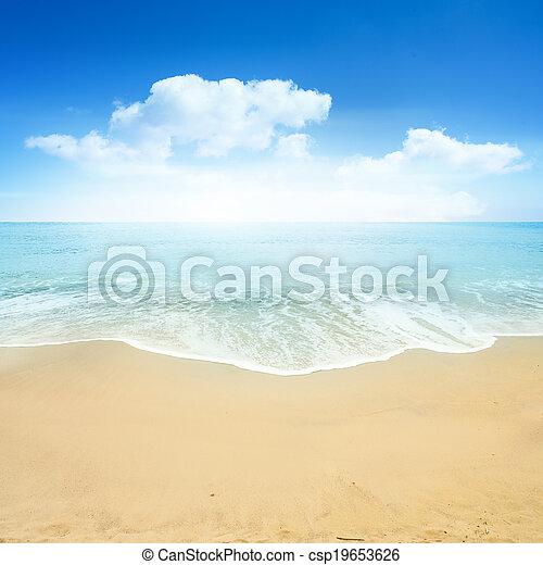 Hermosa playa de verano - csp19653626