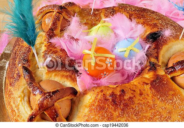 Una tradicional mona de pascua típica en España, un pastel con huevos hervidos comidos el lunes de Pascua, con huevos y plumas decoradas - csp19442036