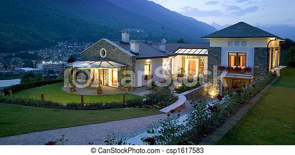 Una enorme casa de lujo al atardecer - csp1617583