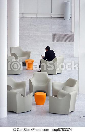 Hombre de negocios en un área de recepción de oficinas modernas - csp8783374