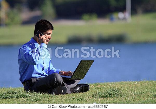 Hombre de negocios en el parque - csp6662167