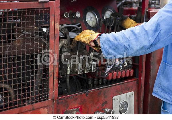 Hombre operando máquina - csp5541937