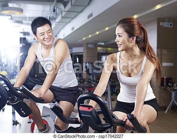 Hombre y mujer hablando en el gimnasio - csp17042227