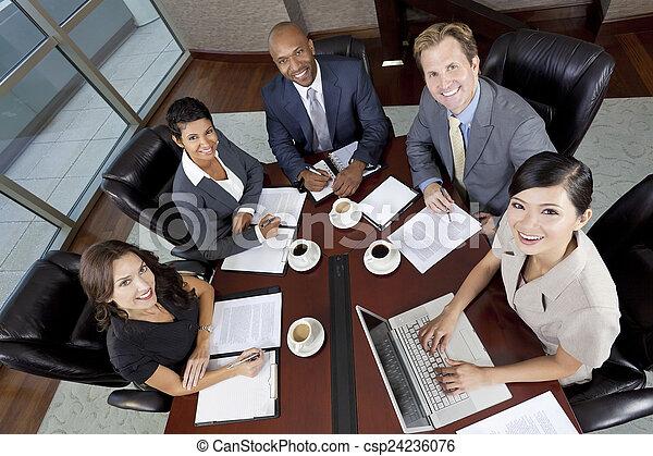Hombres de negocios interraciales se reúnen en la sala de juntas - csp24236076
