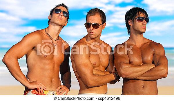 Los hombres se relajan en la playa - csp4612496