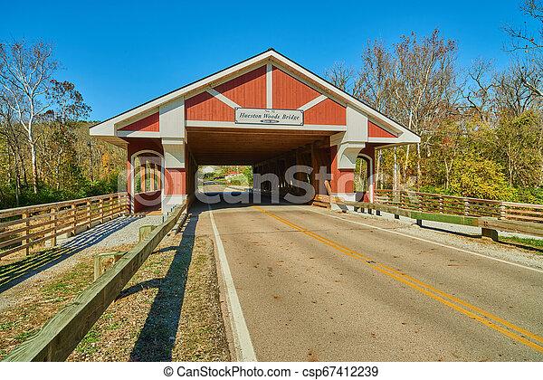Hueston Woods cubrió el puente - csp67412239
