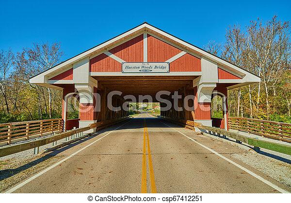 Hueston Woods cubrió el puente - csp67412251