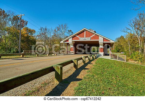 Hueston Woods cubrió el puente - csp67412242
