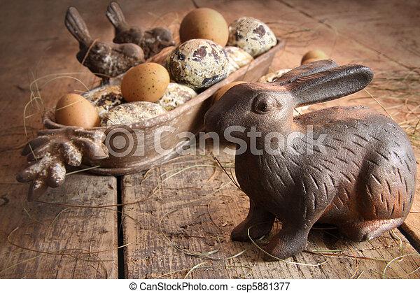 Huevos marrones del este con conejo antiguo en madera - csp5881377