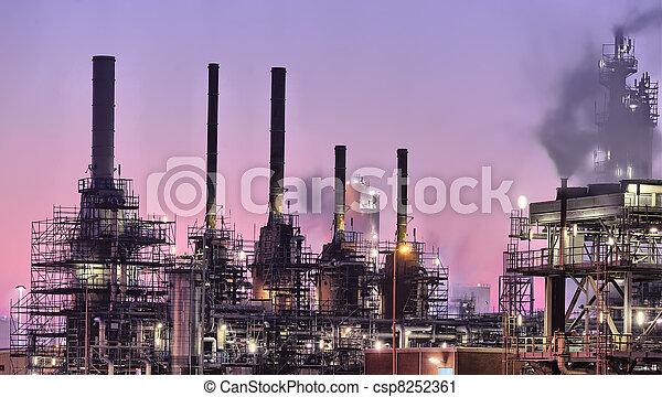 Escena nocturna industrial - csp8252361