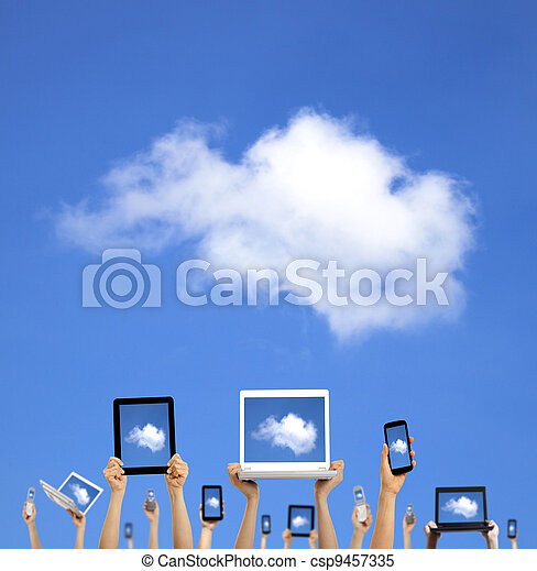 El concepto de computación de nubes. Las manos sujetan la computadora portátiles, unas tablas de teléfono y una libreta - csp9457335