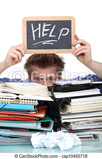 Estudiante inundado de papeleo - csp10450718