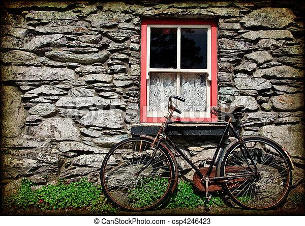 Estiércol de textura rural de Irlanda con bicicleta - csp4246423